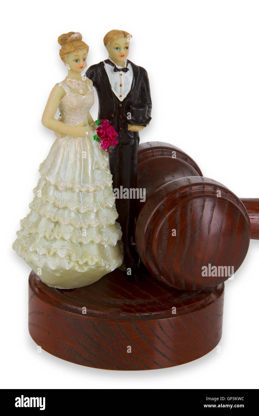 Torta di Nozze Figurine con corte martello isolati su sfondo bianco. Immagini Stock