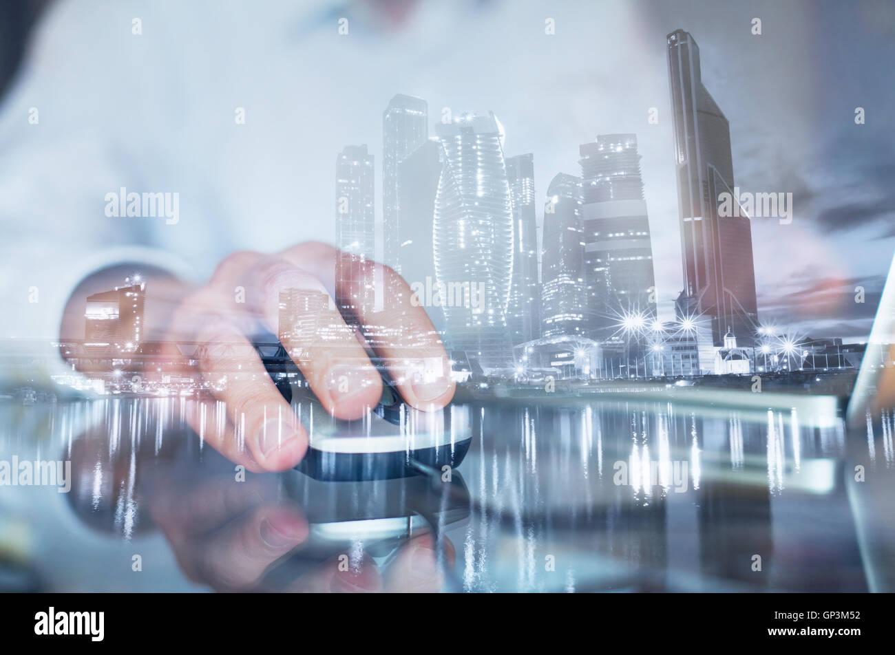 Doppia esposizione della mano con il mouse, uomo d affari lavorando sul computer online Immagini Stock