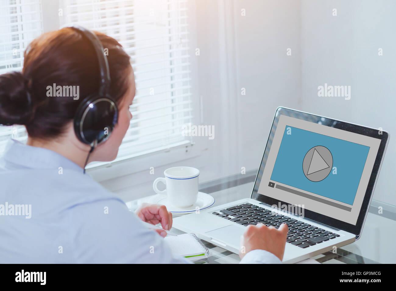 La donna guarda i video tutorial sul computer, business education online, multimedia Immagini Stock