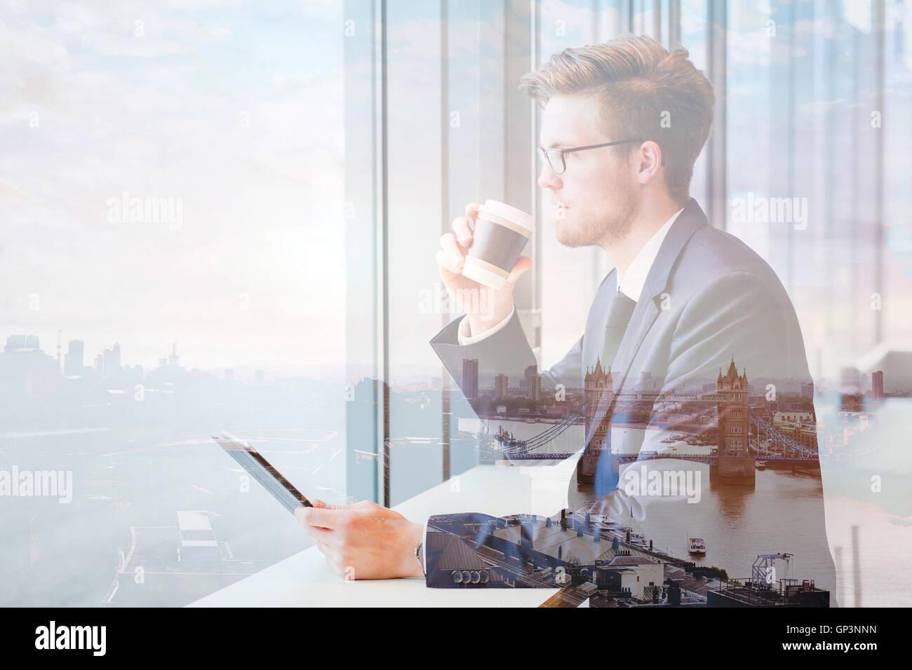 Doppia esposizione di uomo di affari e dello skyline di Londra cityscape Immagini Stock