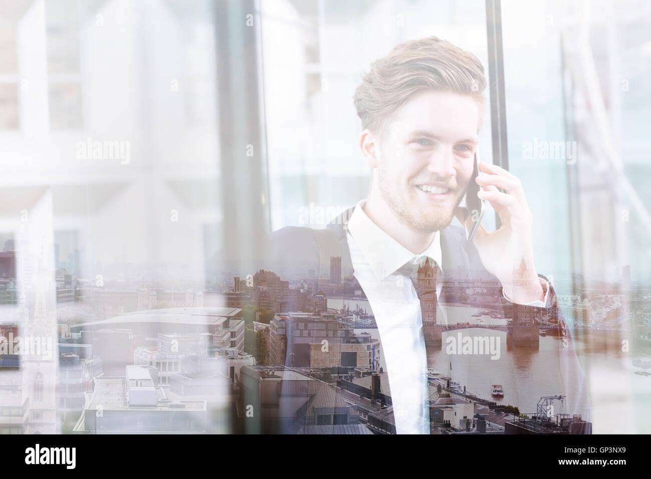 Doppia esposizione di business man parla al telefono e lo skyline di Londra vista panoramica, cityscape Immagini Stock