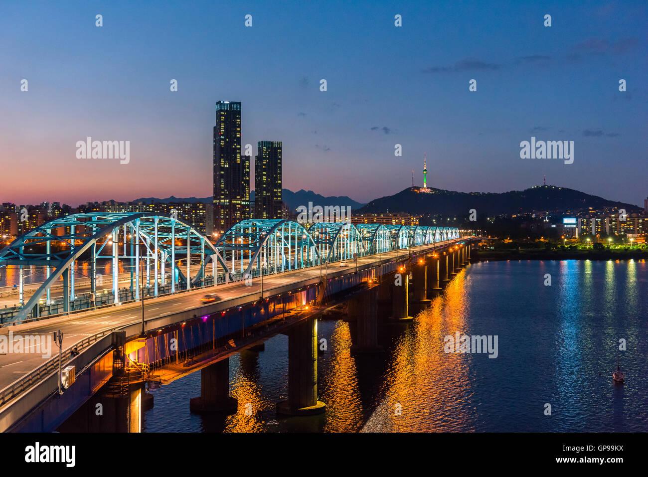 Seul di notte, la Corea del Sud dello skyline della città a ponte Dongjak fiume Han a Seoul , Corea del Sud. Immagini Stock