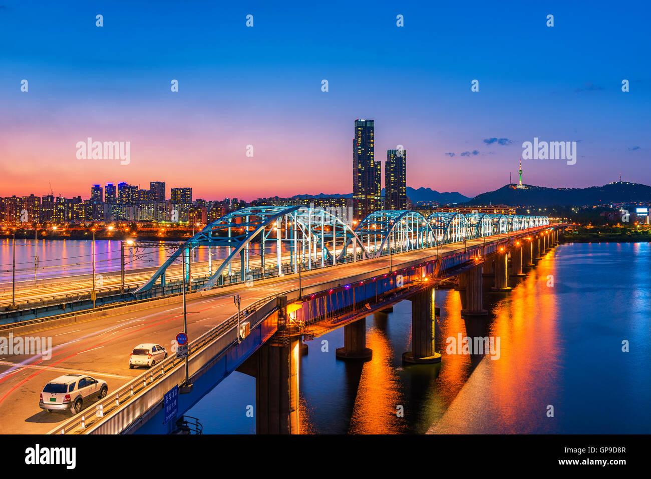 Dongjak Bridge e il fiume Han nella città di Seoul , Corea del Sud. Immagini Stock