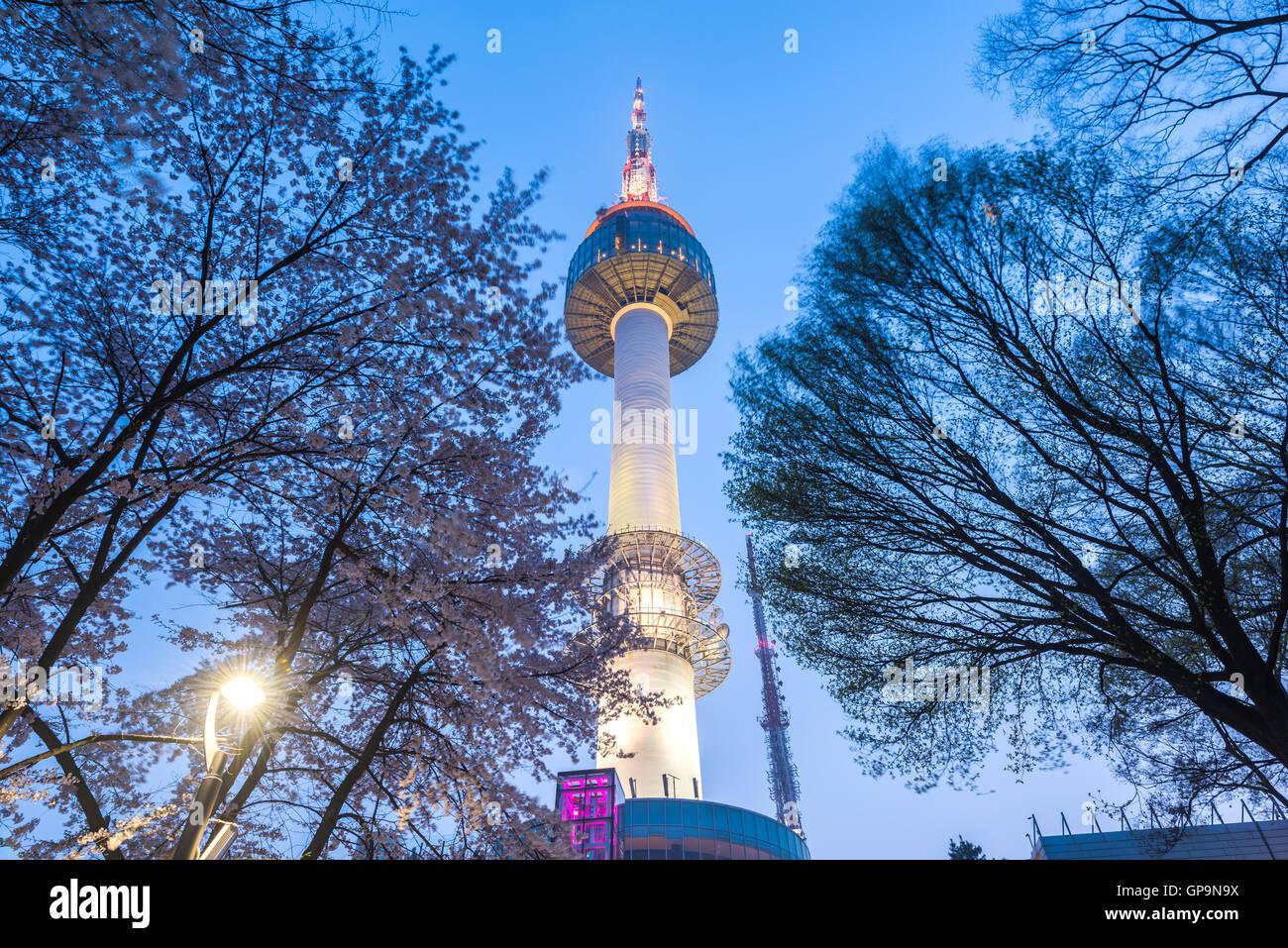 Torre di Seoul di notte a Seul, Corea del Sud Immagini Stock