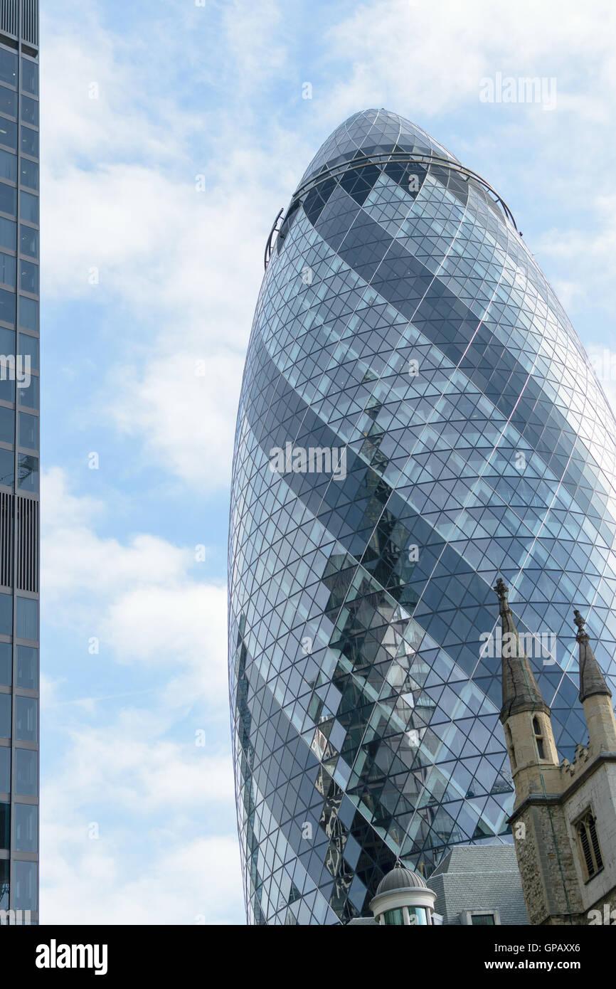 Londra, Inghilterra - 31 agosto 2016: il paesaggio urbano con la parte esterna del 30 St Mary Axe noto come il Gherkin Immagini Stock