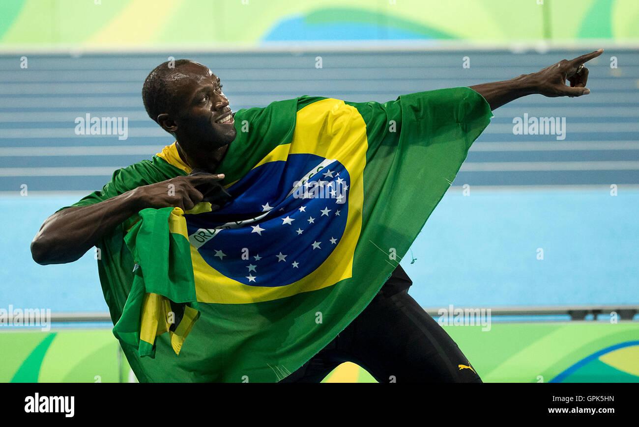 Rio de Janeiro, Brasile. 19 Ago, 2016. USAIN BOLT della Giamaica festeggia con i compagni di squadra dopo aver vinto Immagini Stock