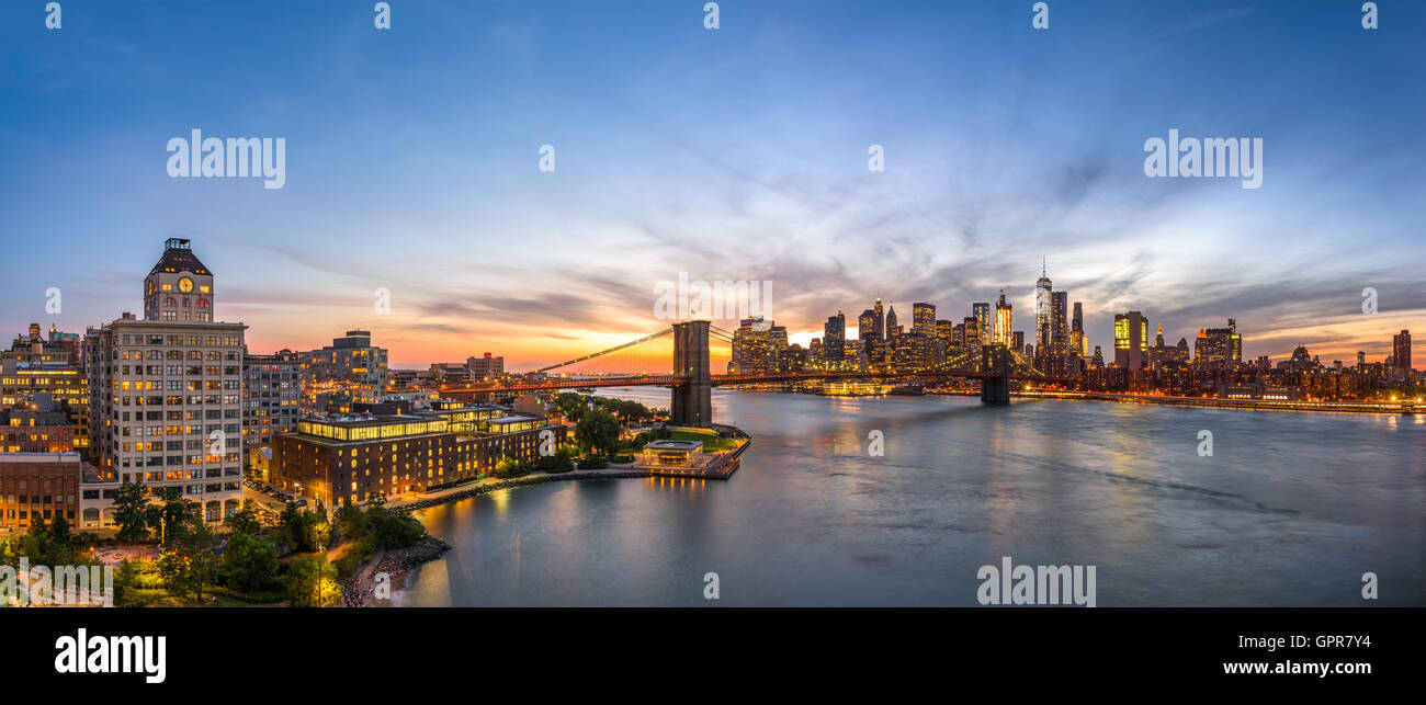 New York skyline della città oltre l'East River. Foto Stock
