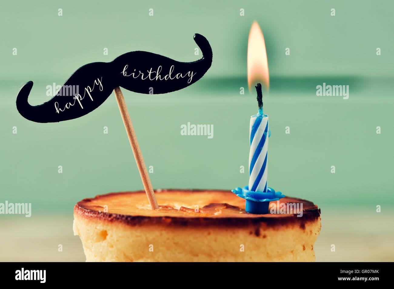 Primo piano di una cheesecake guarnita con un baffi con il testo happy birthday scritto in esso e attaccato ad un Immagini Stock