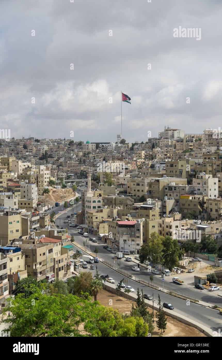 Amman City View con grande bandiera della Giordania e pennone, Amman, Giordania Immagini Stock