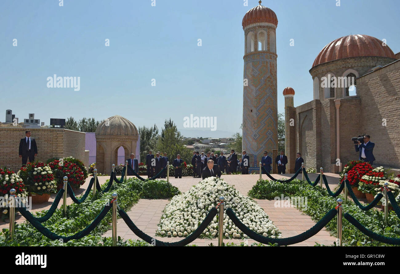 Samarcanda, Uzbekistan. 6 Settembre, 2016. Il presidente russo Vladimir Putin fiori posti presso la tomba del presidente Immagini Stock