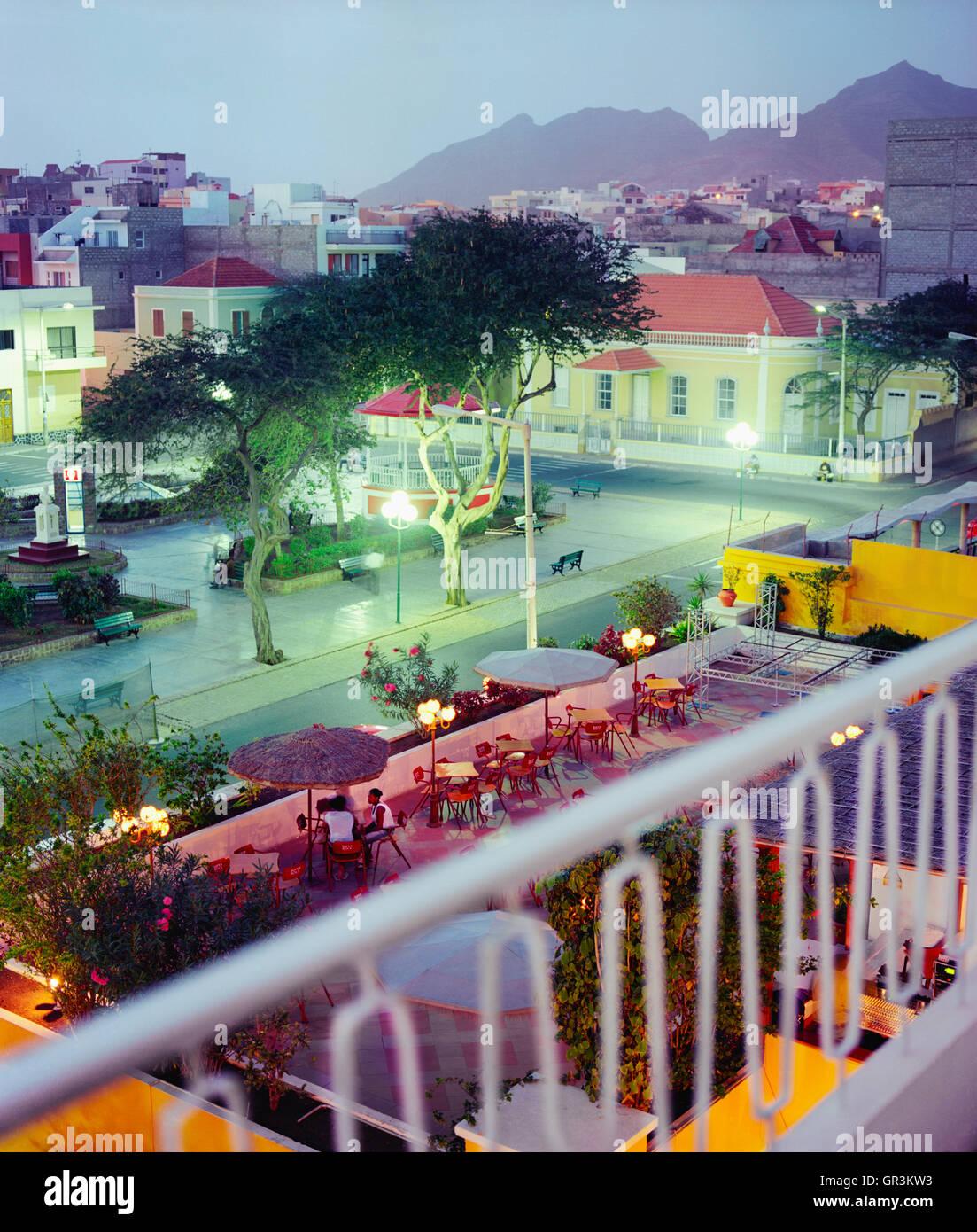 La vista dal balcone della camera n. 216 all'Hotel Porto Grande, Mindelo, Sao Vincente. Immagini Stock