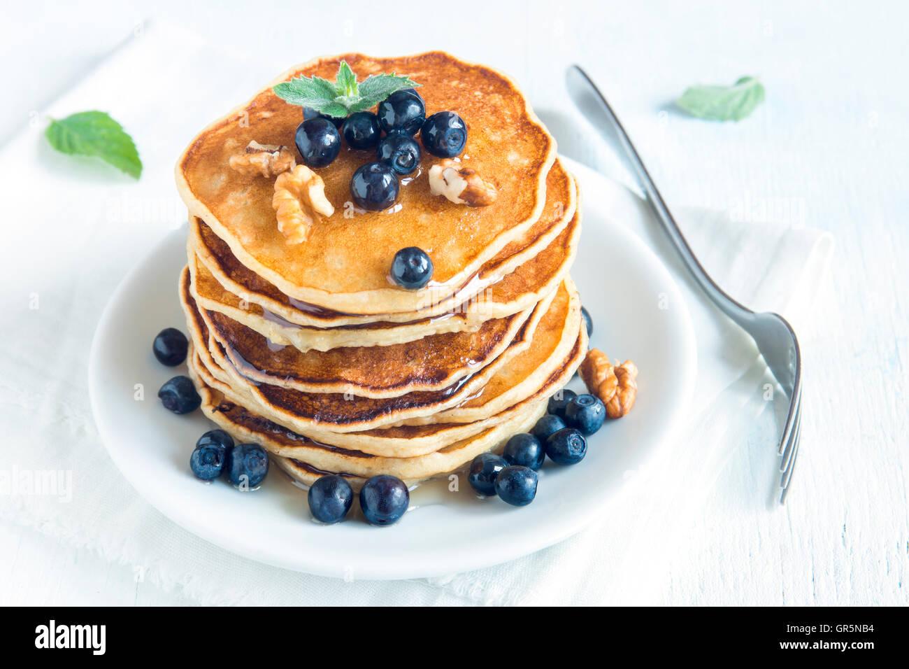 Frittelle fatte in casa con mirtillo, miele e noci per la prima colazione Immagini Stock