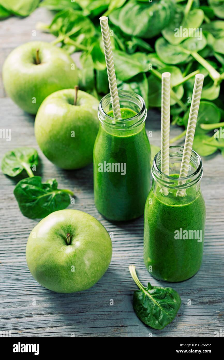 Frullato di verde con spinaci in vetro Immagini Stock