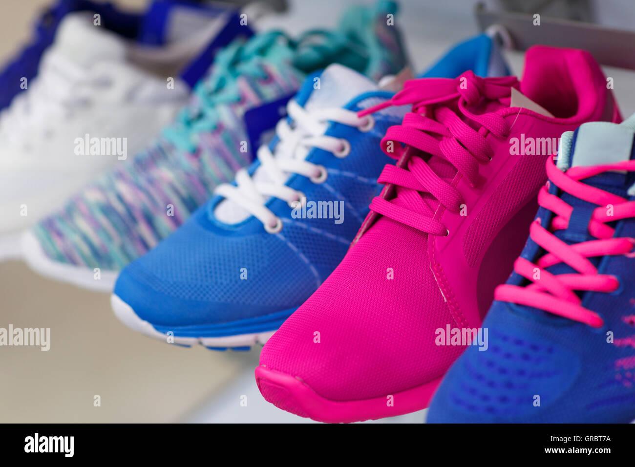 Varietà della coloratissima sneakers nel negozio Immagini Stock