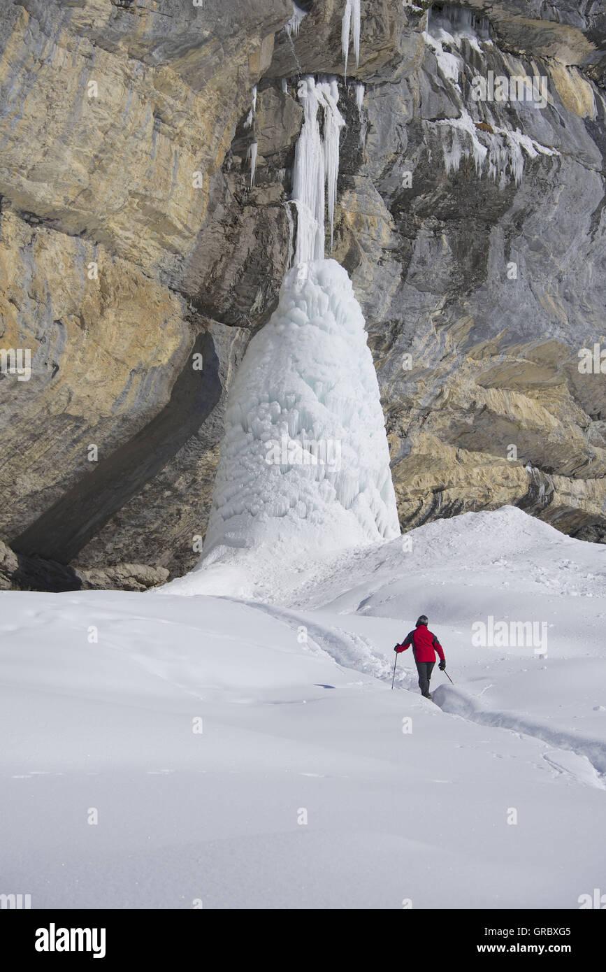 Escursionista vagare verso la torre di ghiaccio, vicino al lago di Oeschinen, Kandersteg, Oberland bernese Foto Stock