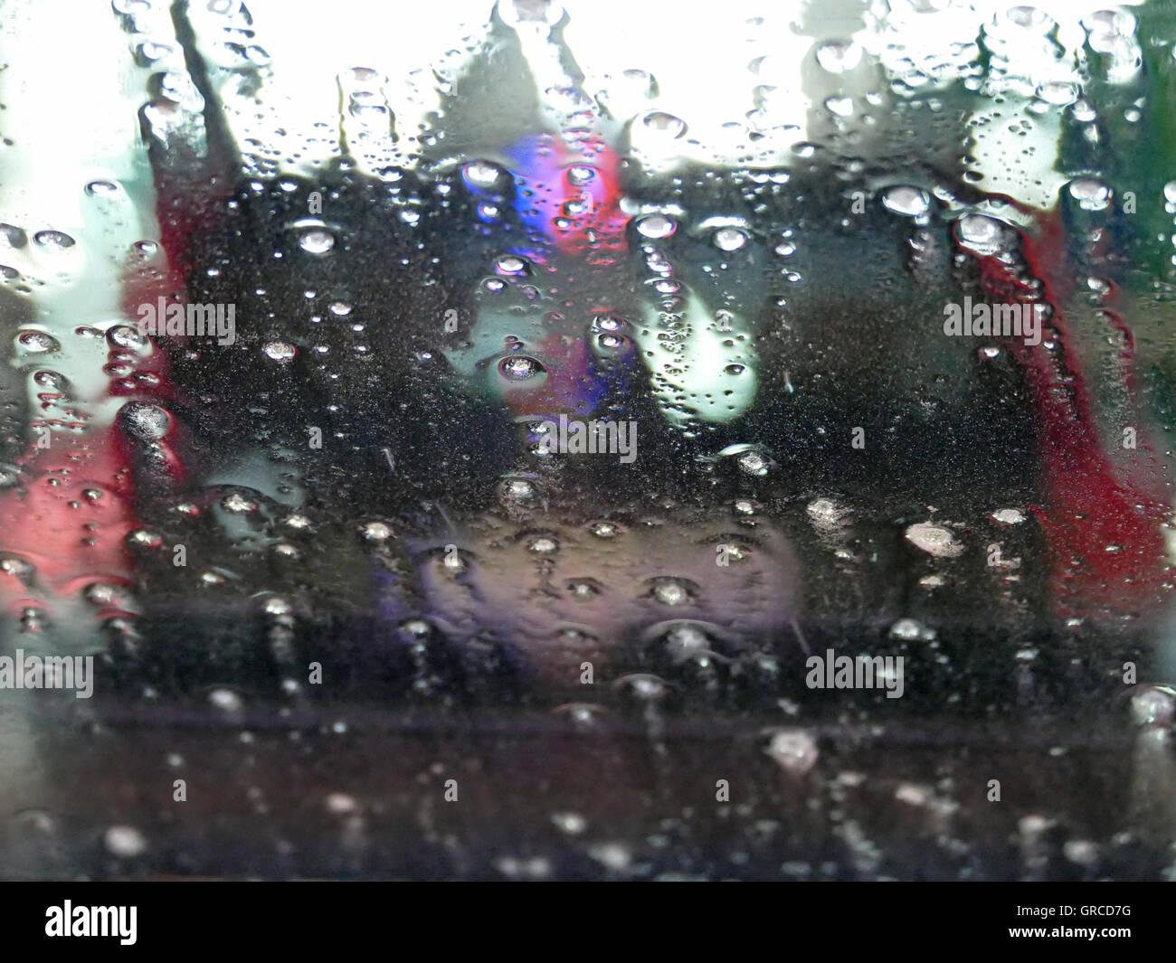 Anticipo la guida auto in un autolavaggio, astrattamente Immagini Stock