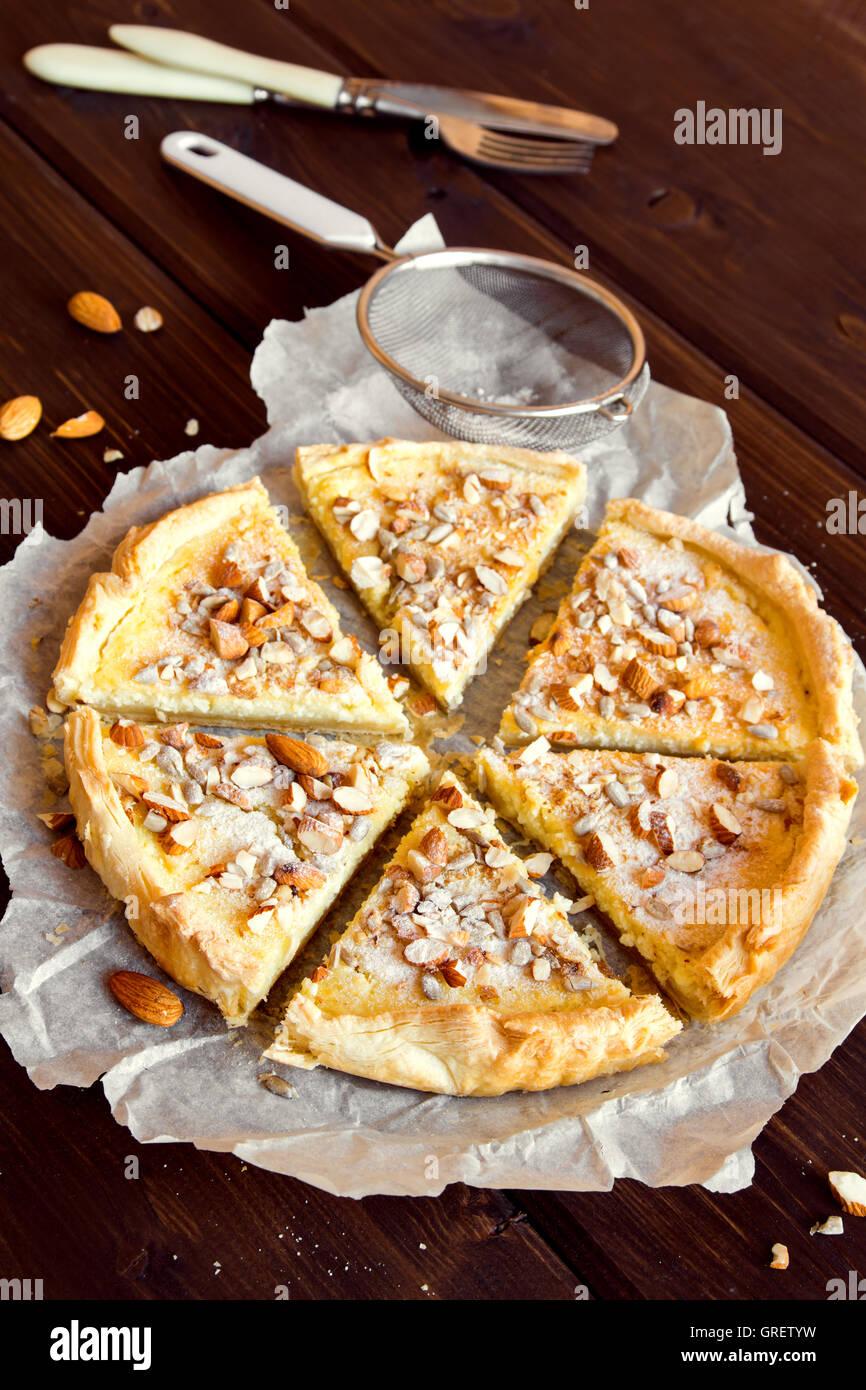 Dolce crostata di ricotta, caramello, noci e semi Immagini Stock
