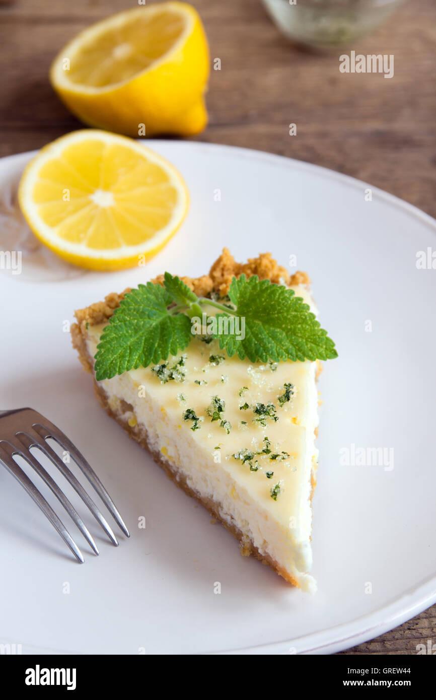 Pezzo di deliziosa casa Cheesecake al limone con menta vicino fino Immagini Stock
