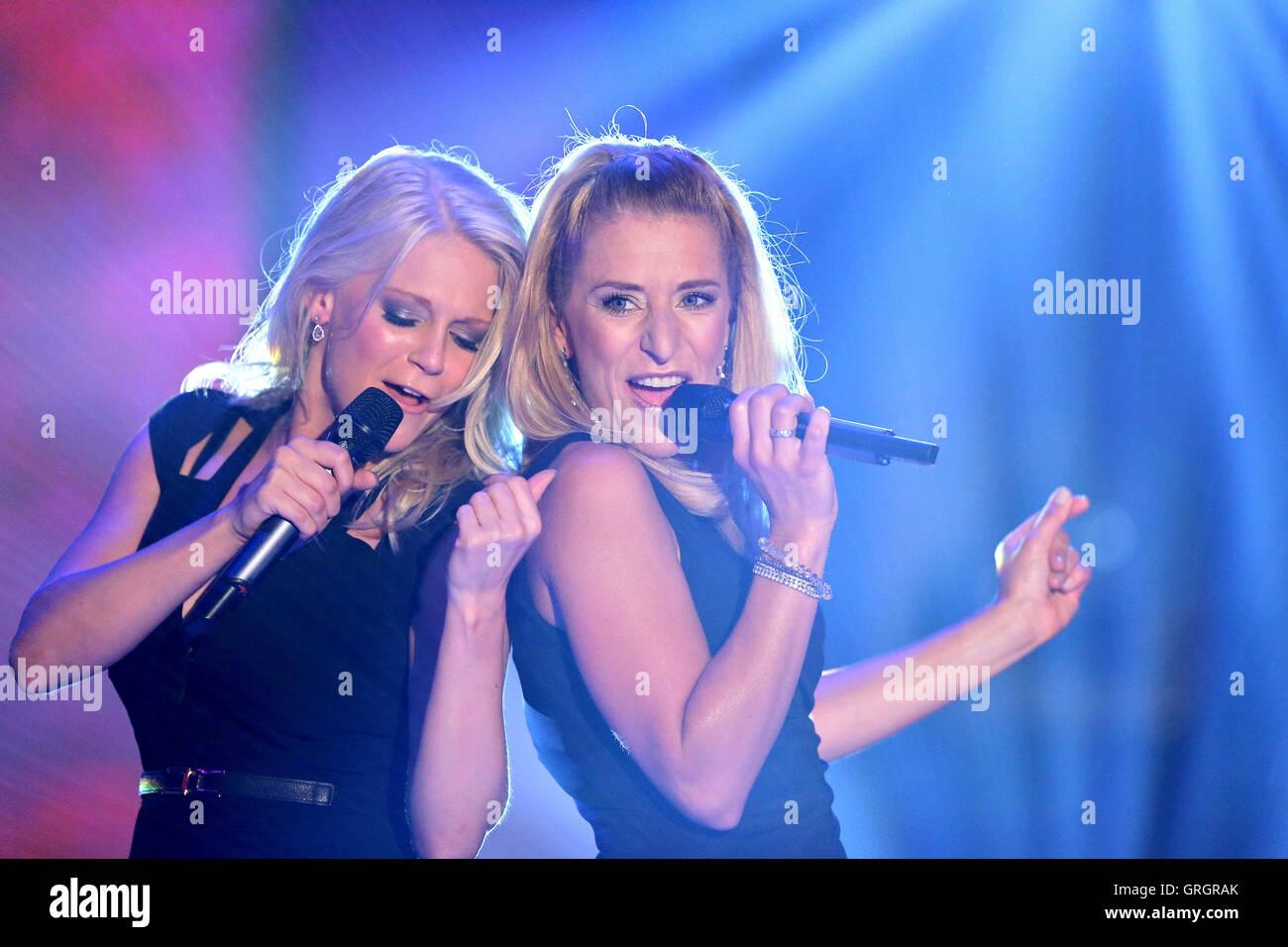 MDR hostess e cantante Stefanie Hertel (R) canta con Julia