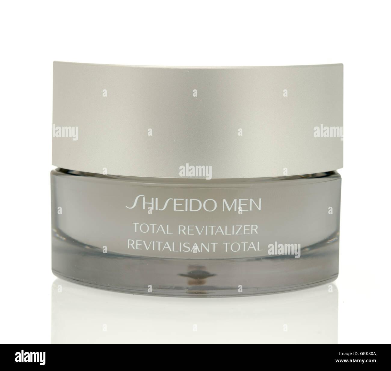 Winneconne, WI - 4 Agosto 2016: Shiseido uomini totale rigenerante crema per il viso isolato su un background. Immagini Stock