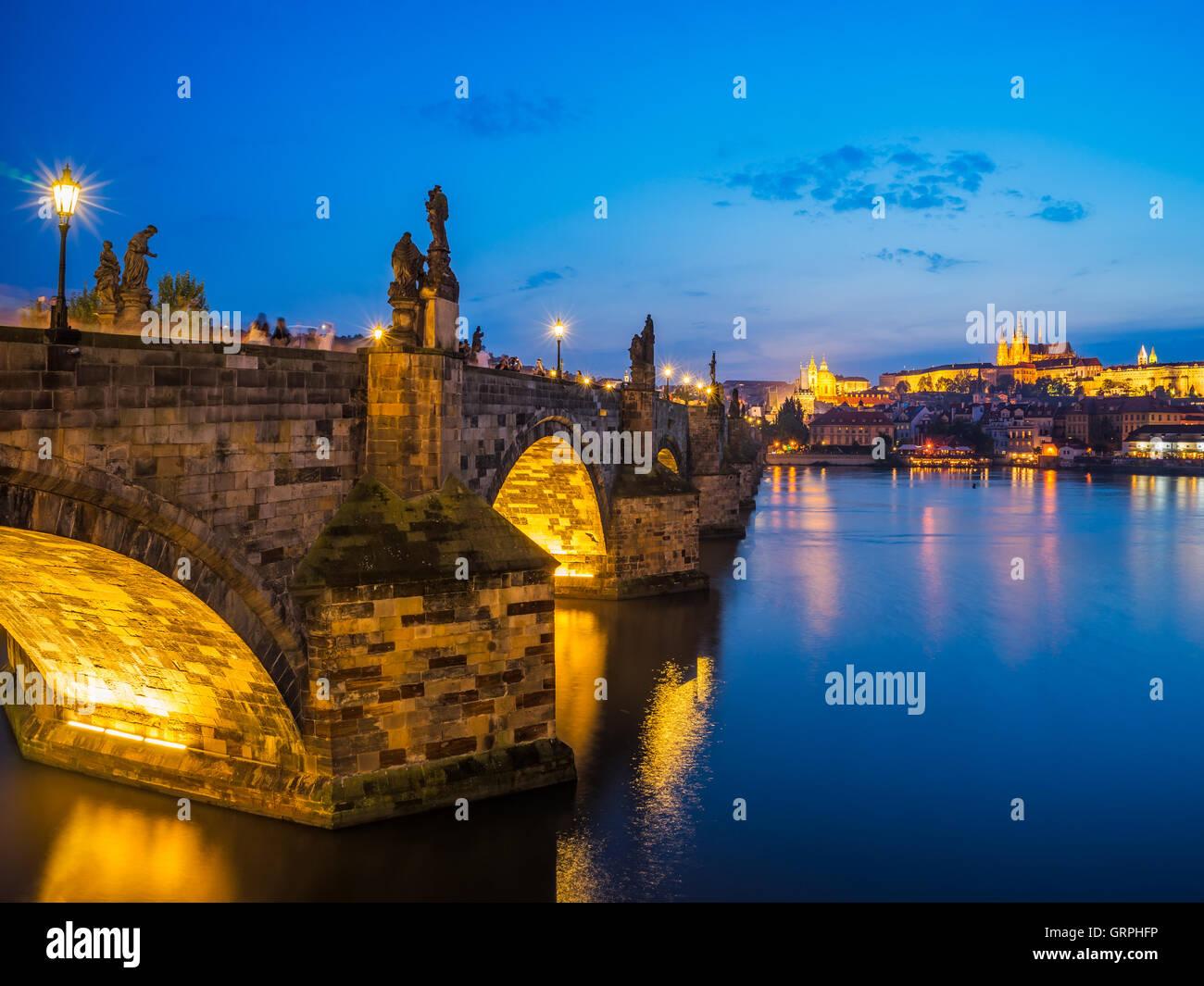 Vedute del fiume Vltava, il Ponte Carlo e il castello di là. Praga Repubblica Ceca Europa Immagini Stock