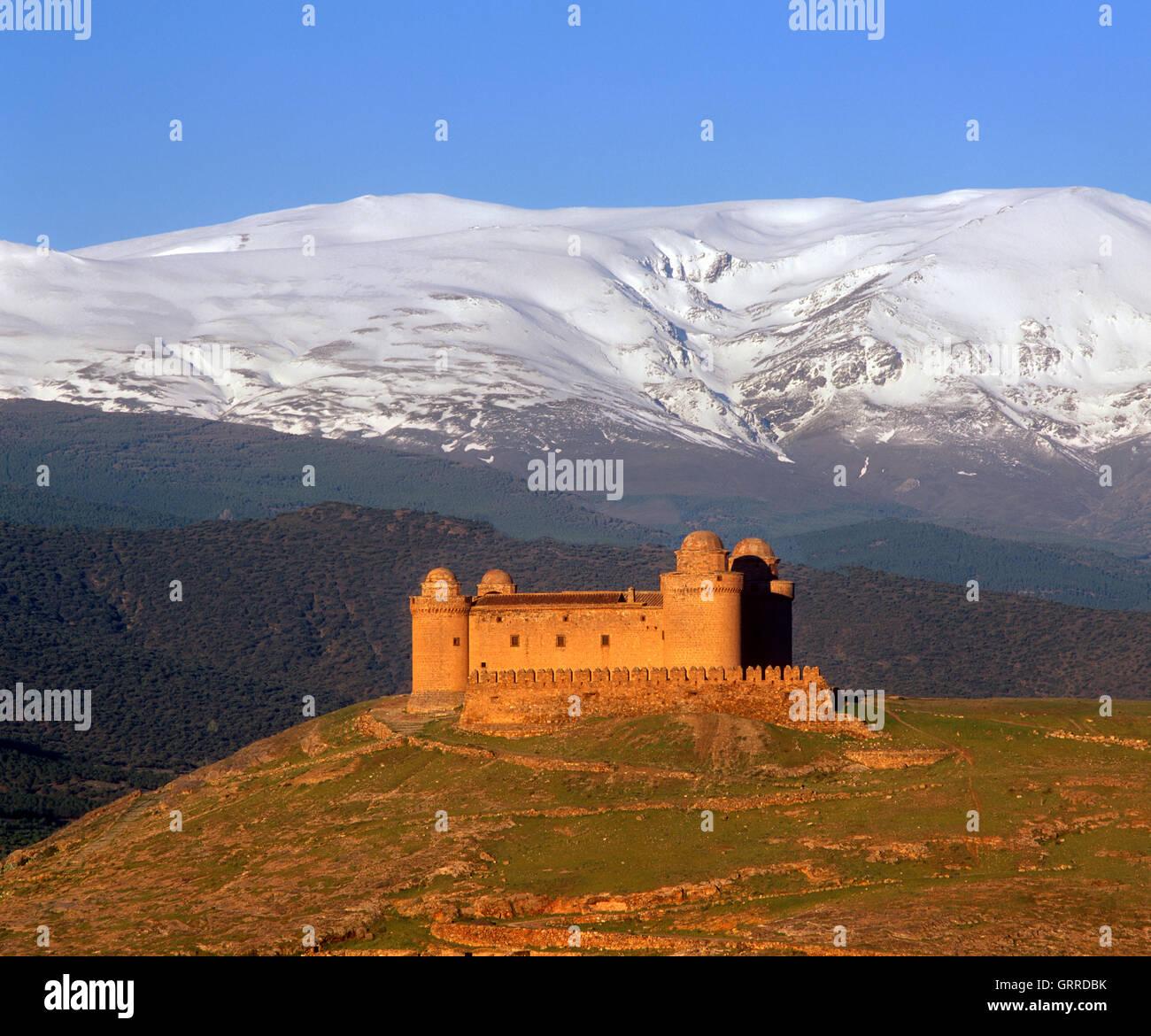 La Calahorra Castello e la Snow capped Sierra Nevada, provincia di Granada, Andalusia, Spagna Immagini Stock
