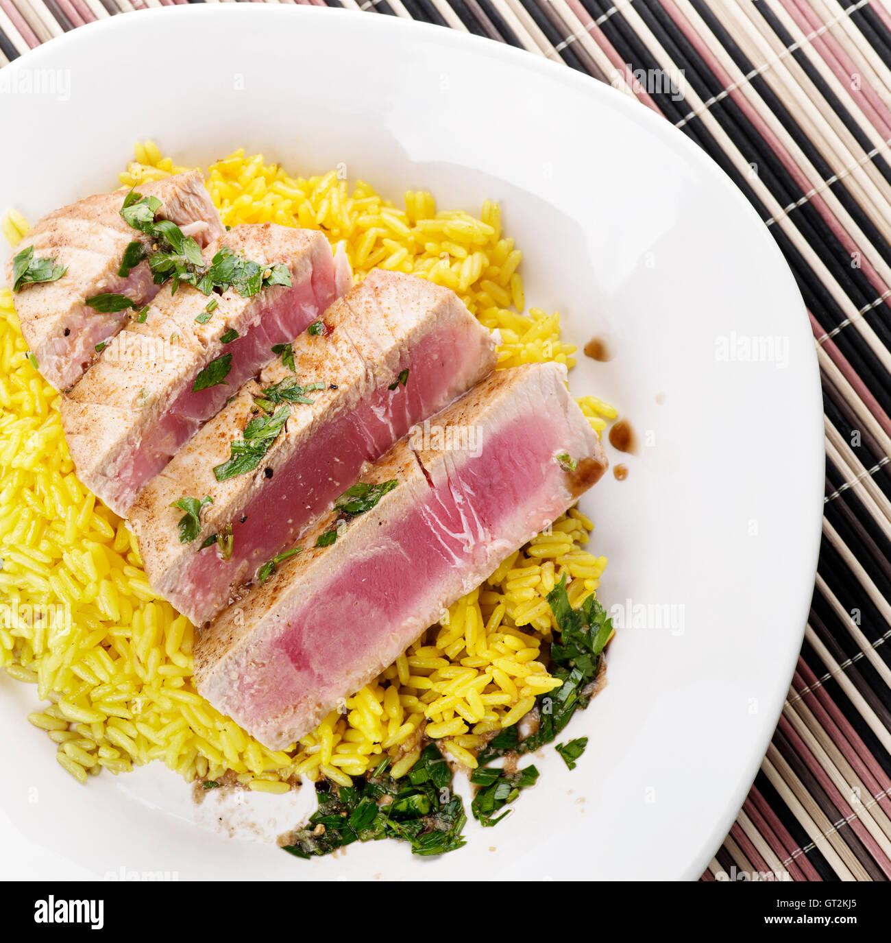 Ahi bistecca di tonno con riso e salsa di erbe Immagini Stock