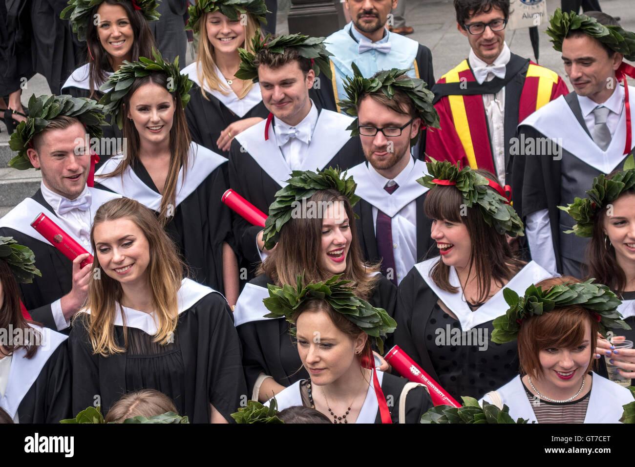 Università di Edimburgo il giorno di graduazione. Felice neodiplomati indossando le corone di alloro. Foto Stock