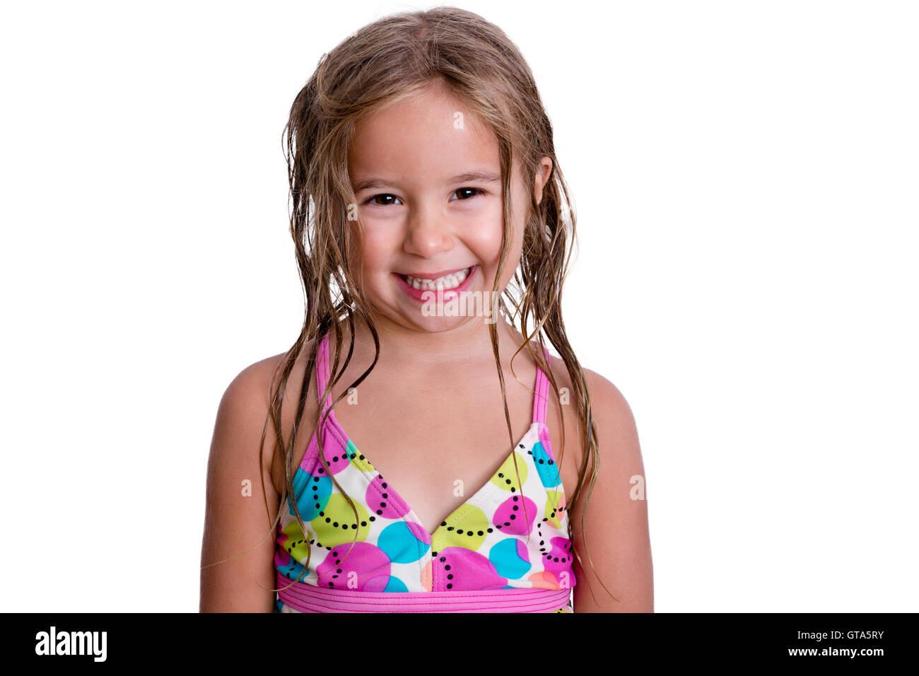 Felice bambina in simpatici colori rosa e blu costume da bagno con