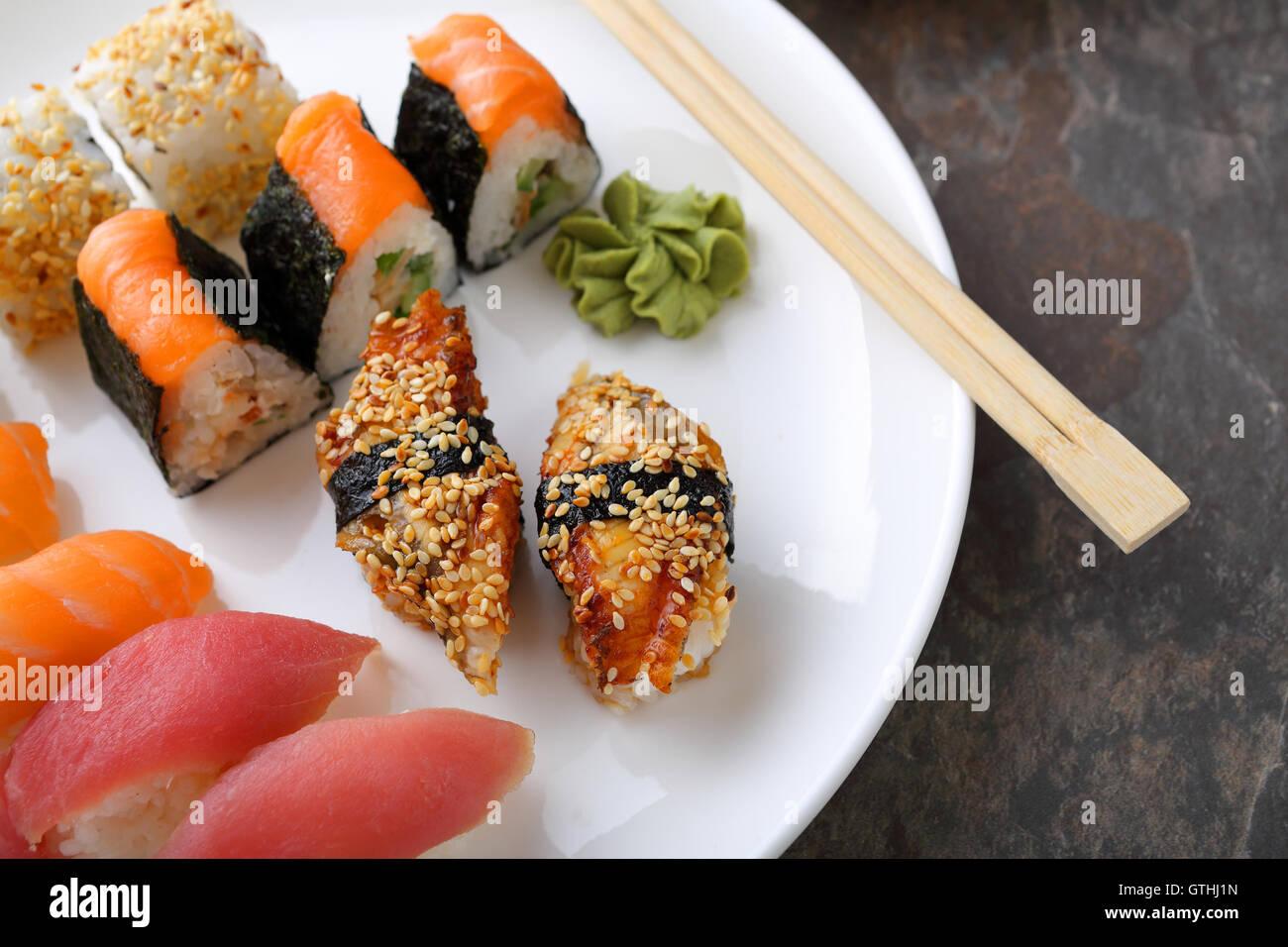Sushi set su piastra bianca, Giappone fast food Immagini Stock