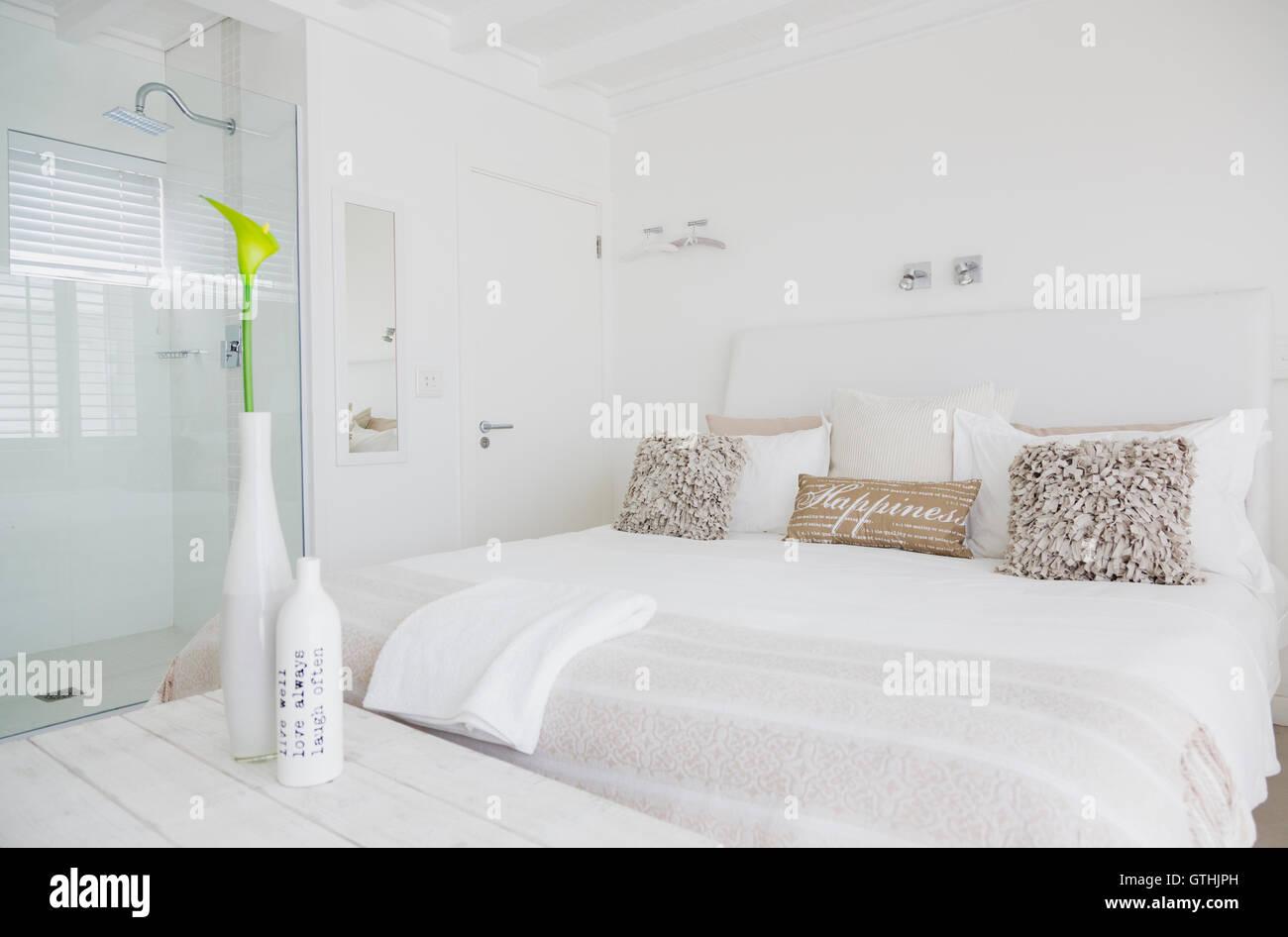 White camera da letto con bagno en suite con doccia in camera di ...