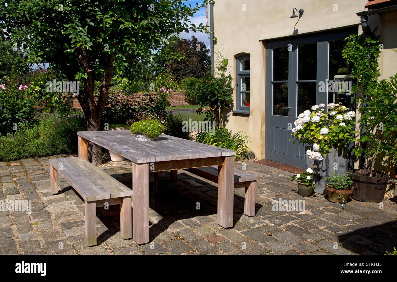Il giardino esterno in legno da pranzo tavolo e panche giardino
