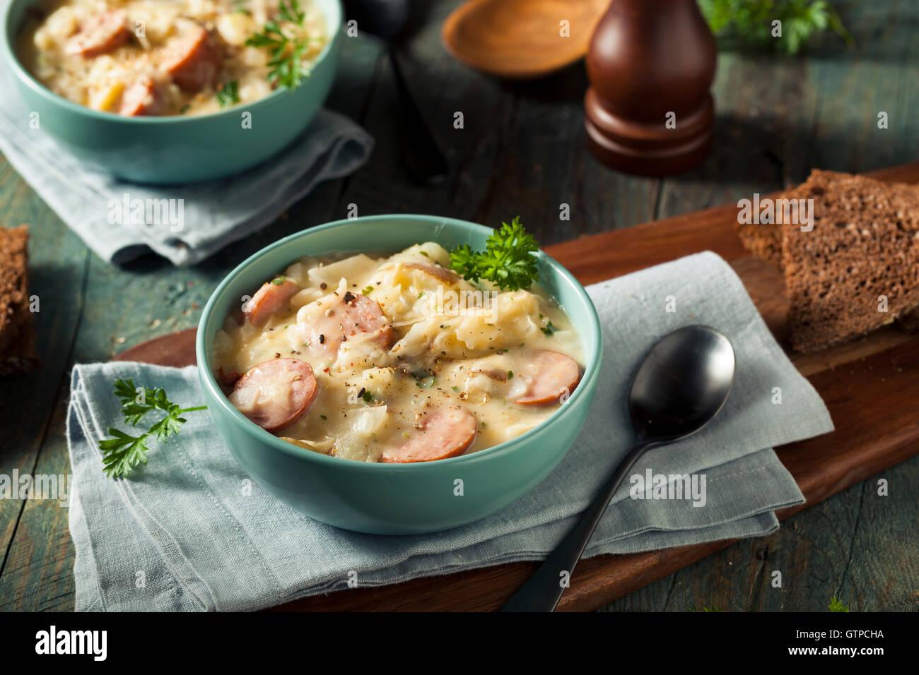 In casa i crauti e la zuppa di Salsiccia con patate e prezzemolo Foto Stock