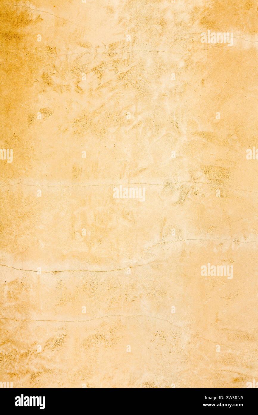 Vecchio rustico invecchiato in stucco oro invecchiato di parete verticale texture di sfondo Immagini Stock