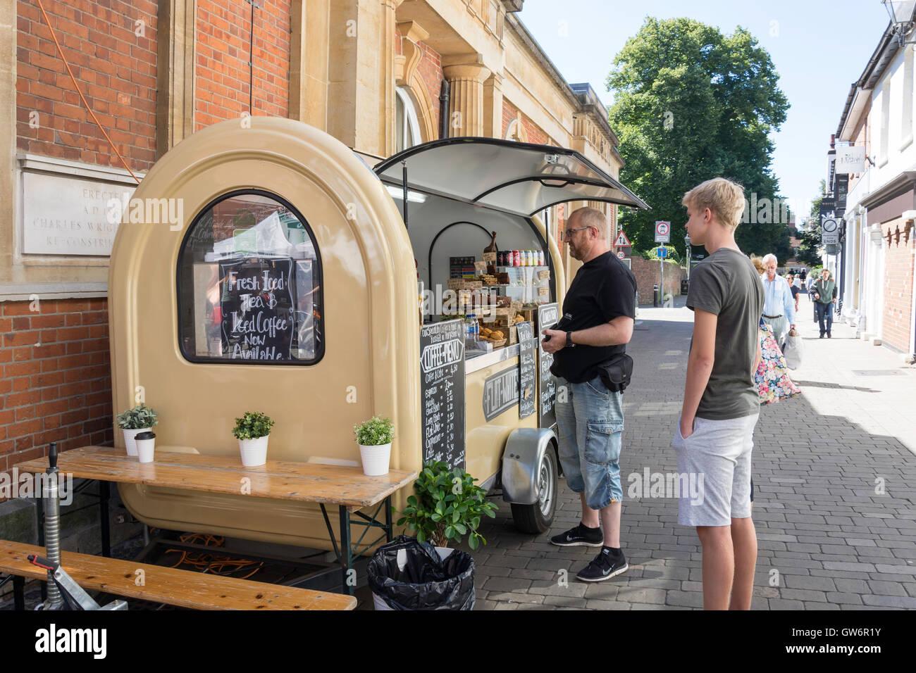 Cibo e caffè chiosco, Market Street, Winchester, Hampshire, Inghilterra, Regno Unito Foto Stock