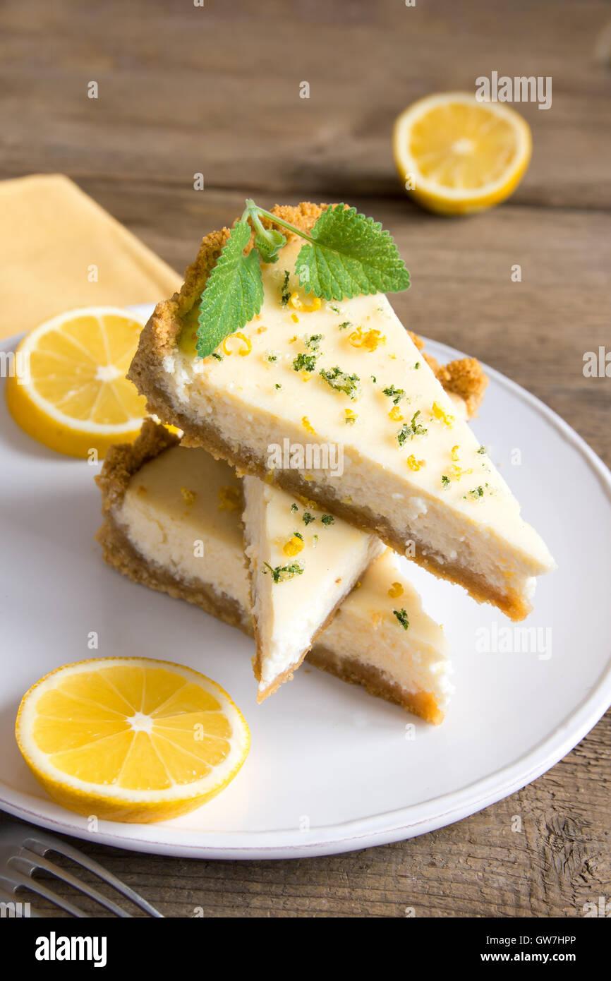 Pezzi di deliziosa casa Cheesecake al limone sulla piastra close up Immagini Stock