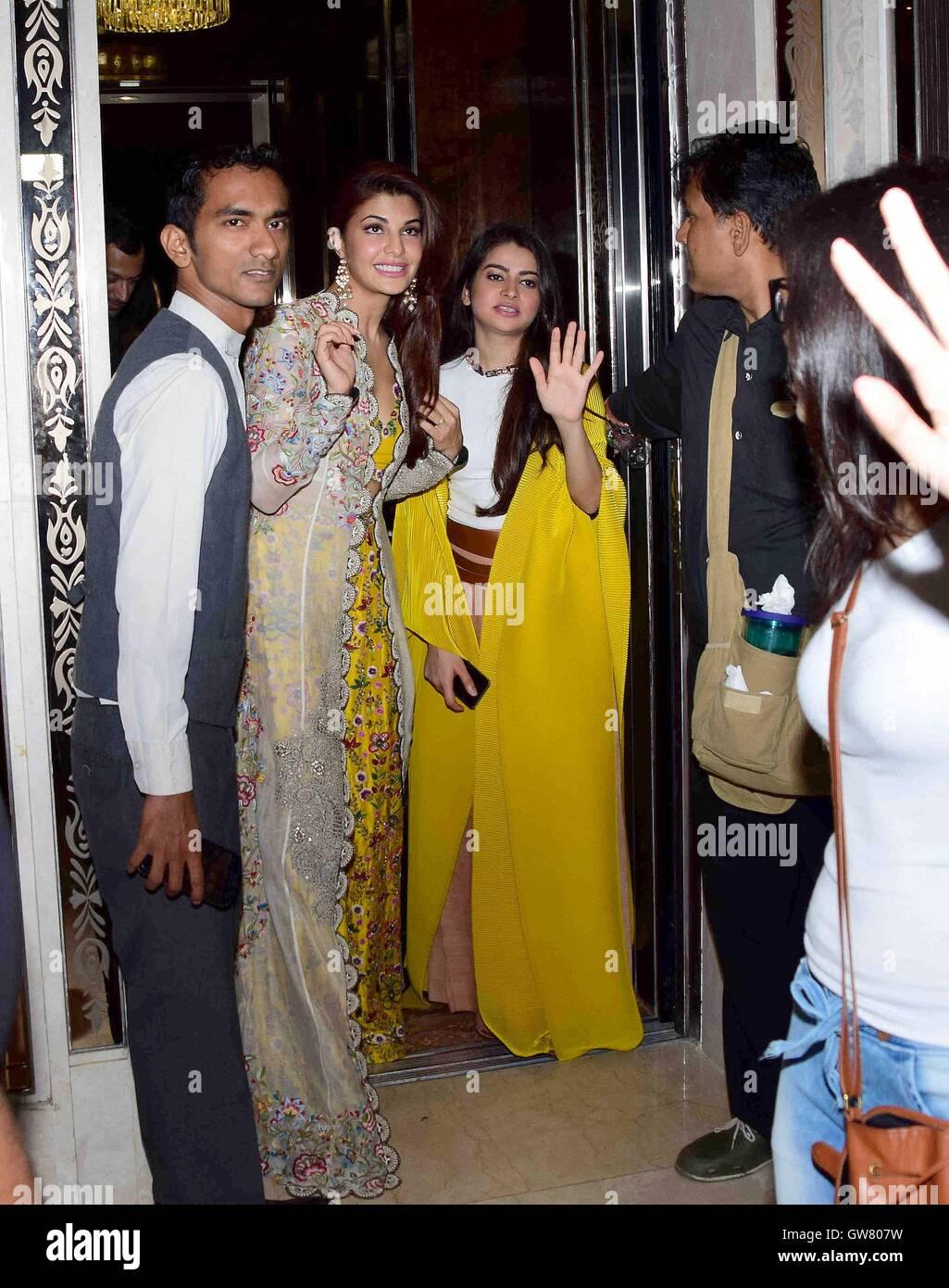 Celebrity stylist Tanya Ghavri con attore di Bollywood Jacqueline Fernandez durante Dhoom Dhaam Wedding Trunk Show Immagini Stock