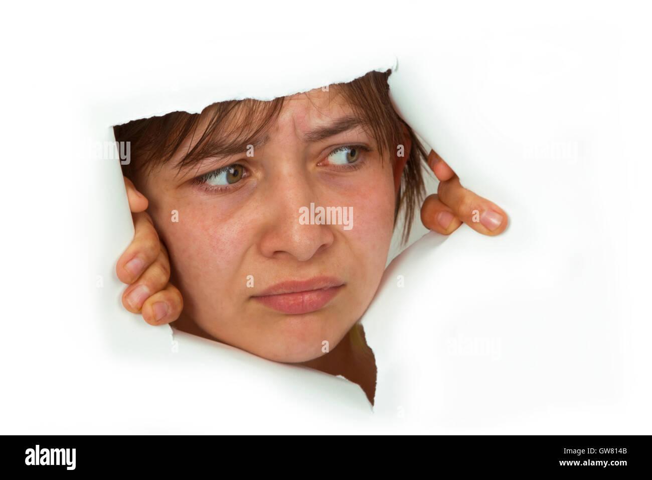Giovane donna sta cercando di carta tagliato. Immagini Stock