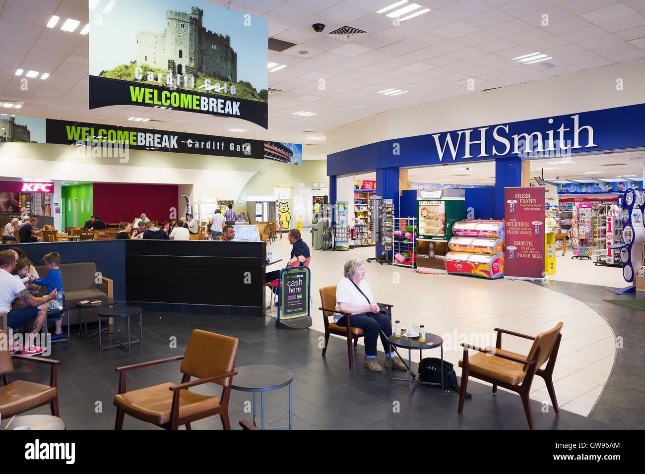 All'interno di Cardiff Gate saluti rompere la stazione di servizio per l'autostrada M4 in South Wales UK Foto Stock