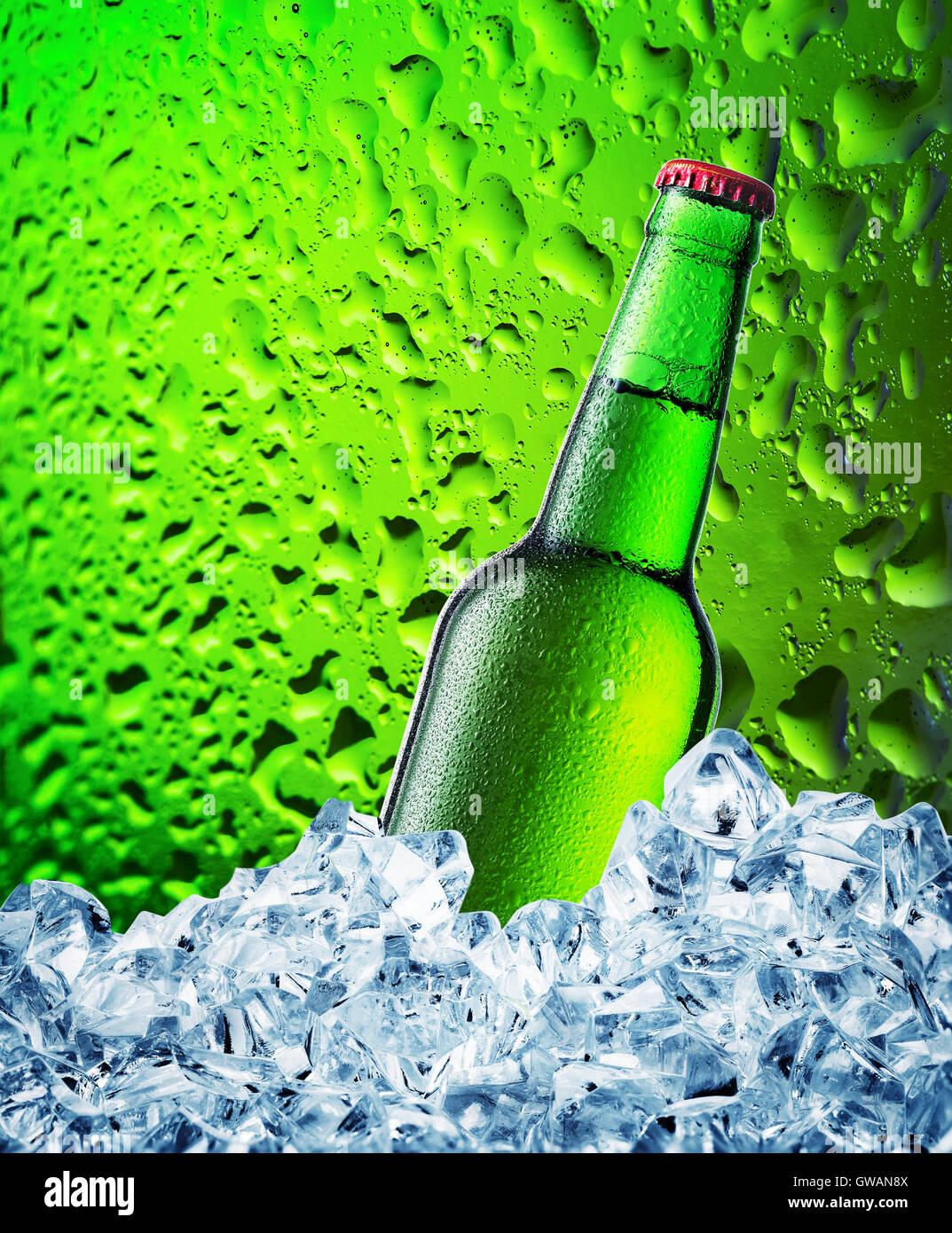 Verde Bottiglia Di Birra In Ghiaccio Su Sfondo Verde Con Gocce Foto