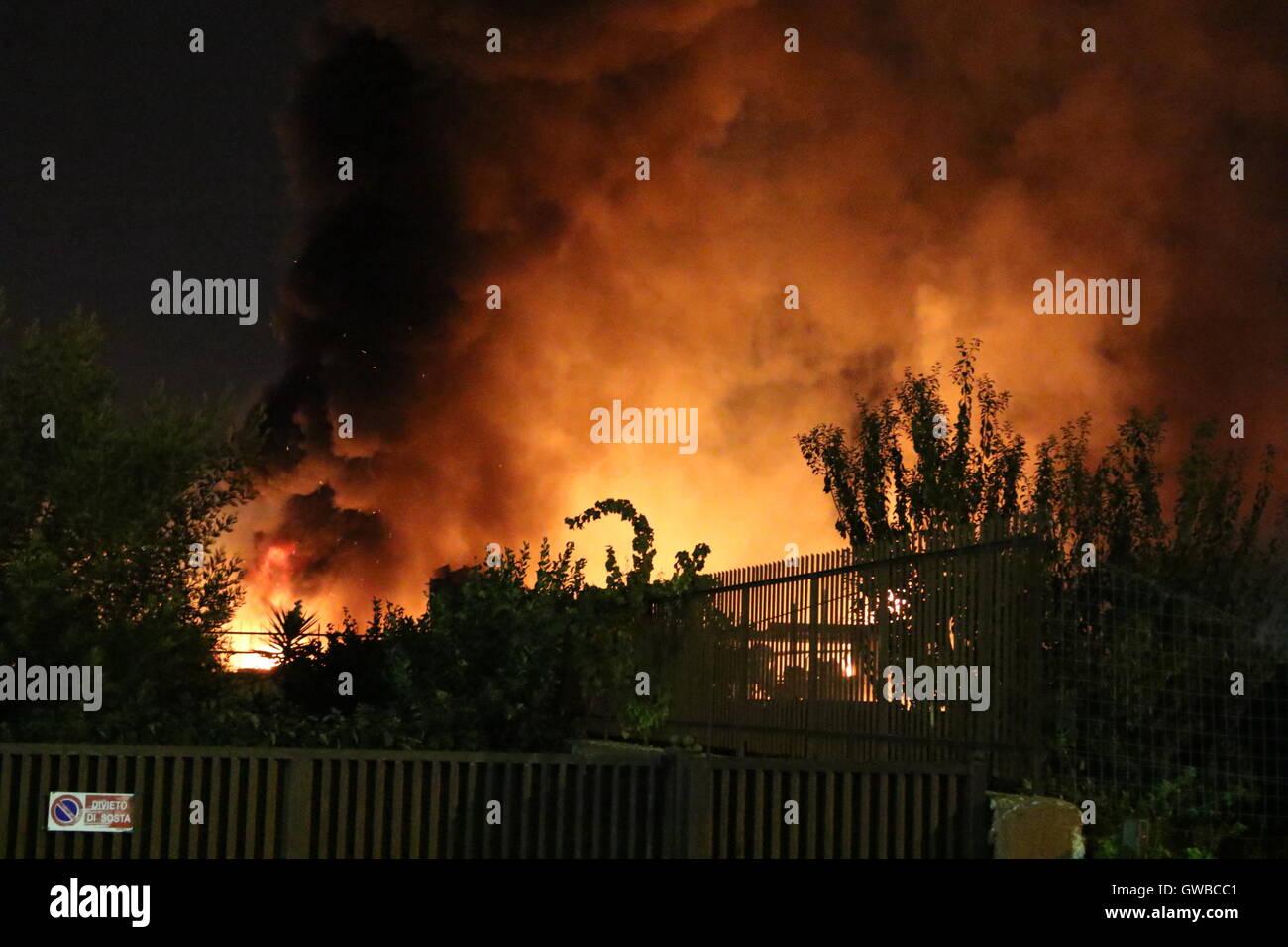 Melito di Napoli, Italia. Xii Sep, 2016. Incendio a Melito di Napoli. Fiamme in una fabbrica di materassi. Sul sito Immagini Stock