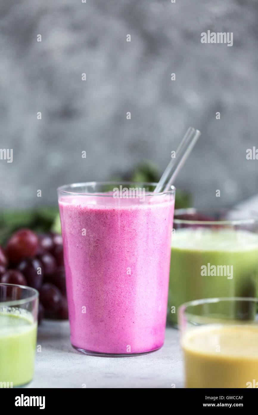 Diversi bicchieri di barbabietole Multi-Colored frullati sono fotografati dalla vista frontale. Immagini Stock