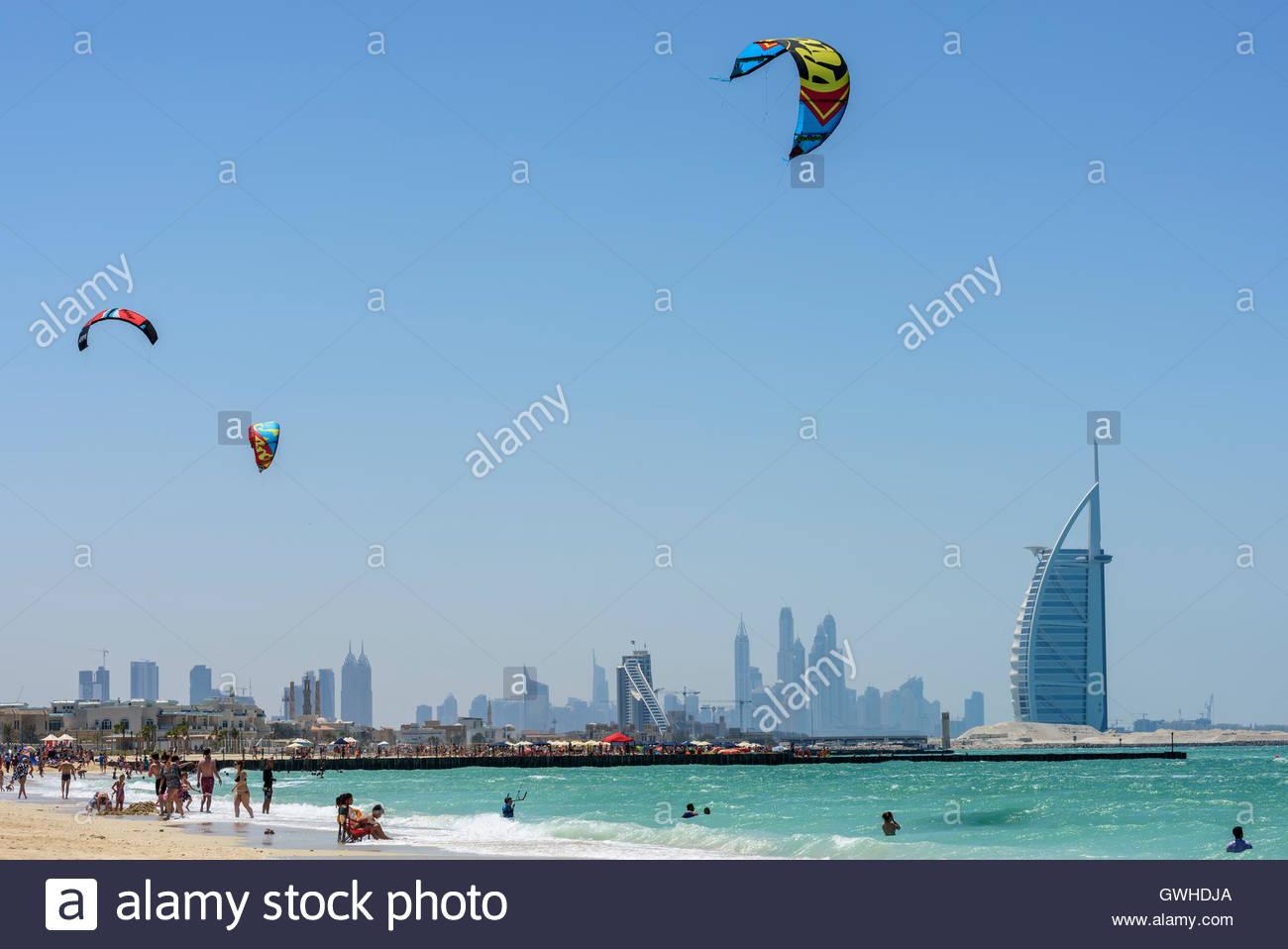 Corsi di Kite Surf in Dubai con il famoso Burj Al Arab hotel in background. Nessun modello/proprietà release. Immagini Stock