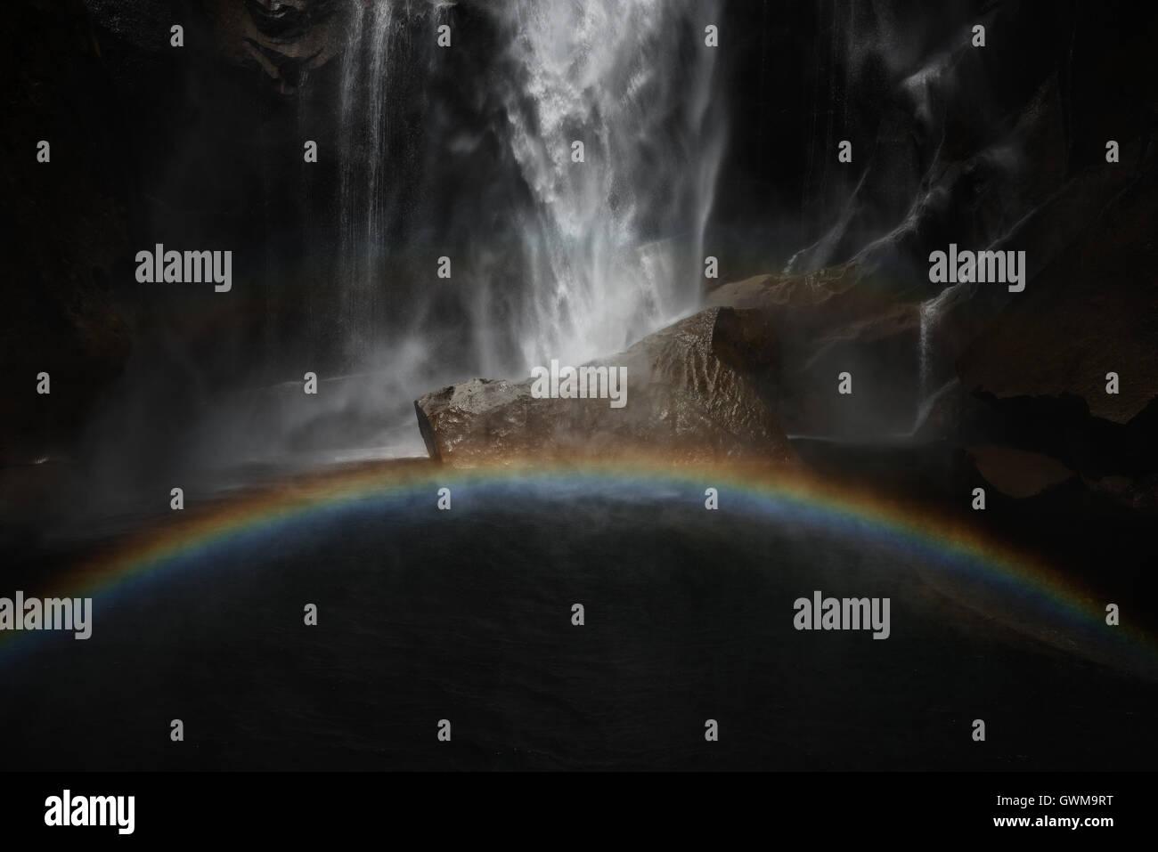 Primaverile cade e un arcobaleno in California il Parco Nazionale di Yosemite Immagini Stock