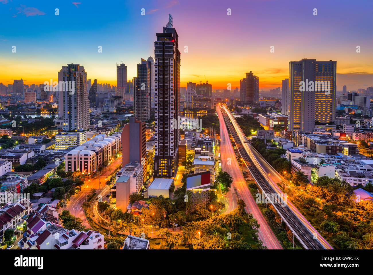 Bangkok, Thailandia skyline da Krung Thon Buri. Immagini Stock