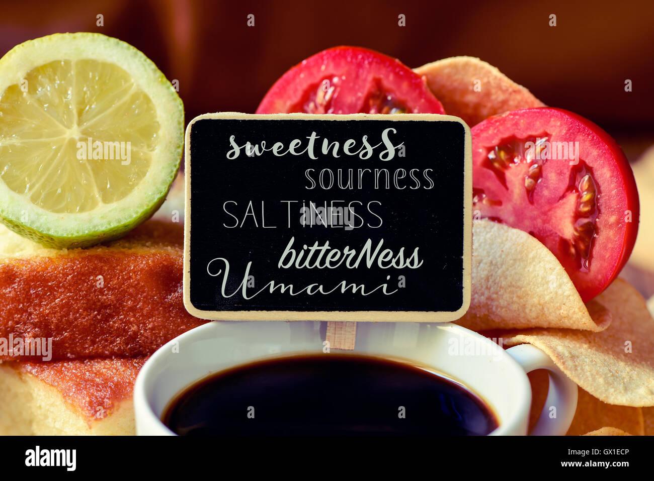 Primo piano di una lavagna nera con il nome di diversi gusti, come dolcezza, asprezza, salinità, amarezza o Immagini Stock
