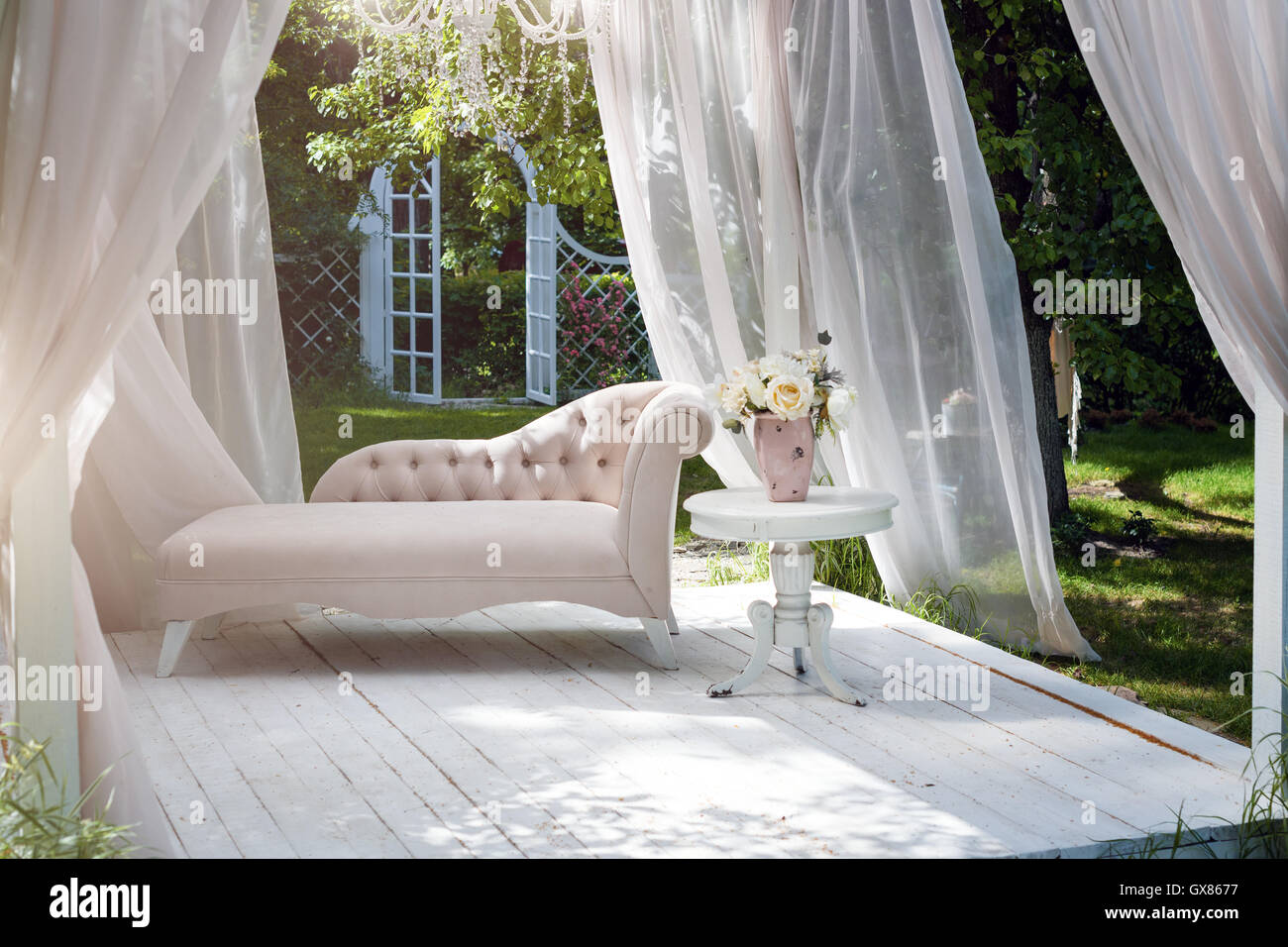 Estate giardino gazebo con tende e divano per il relax foto