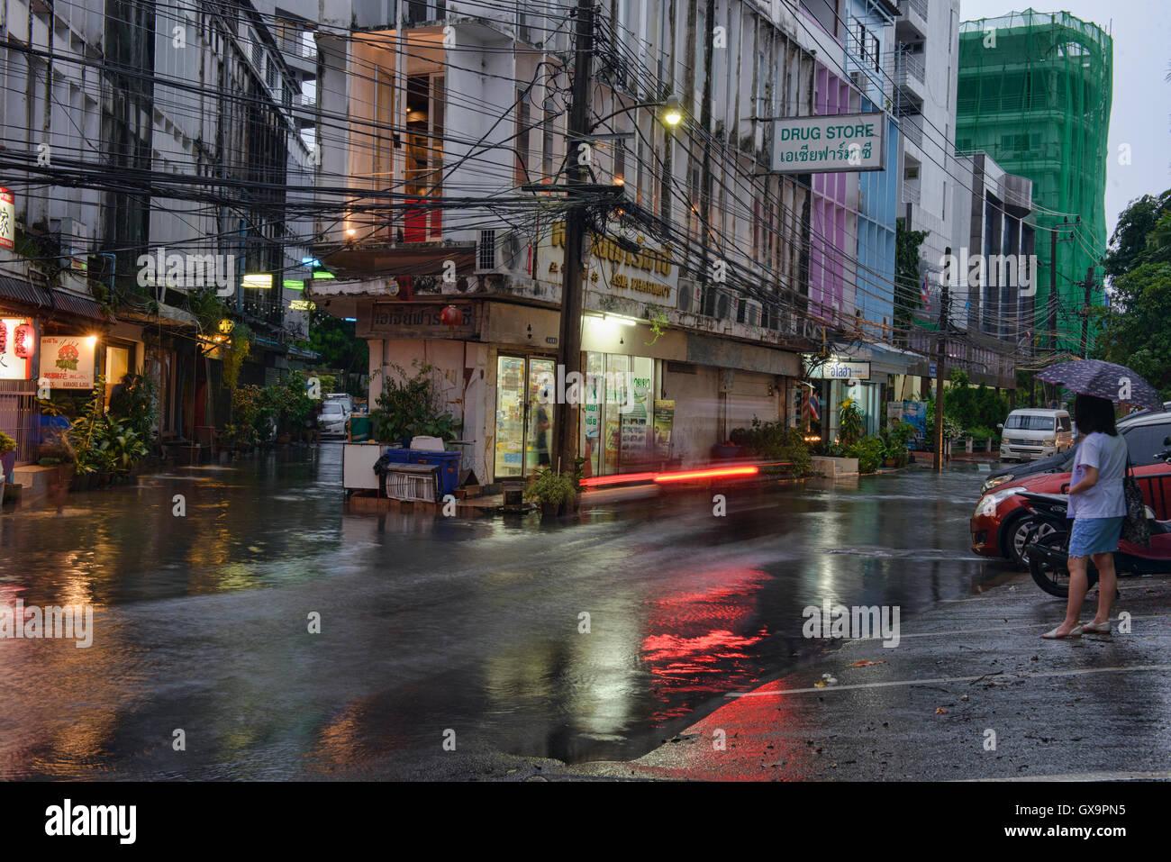 Cavalcando attraverso il diluvio, Bangkok, Thailandia Immagini Stock