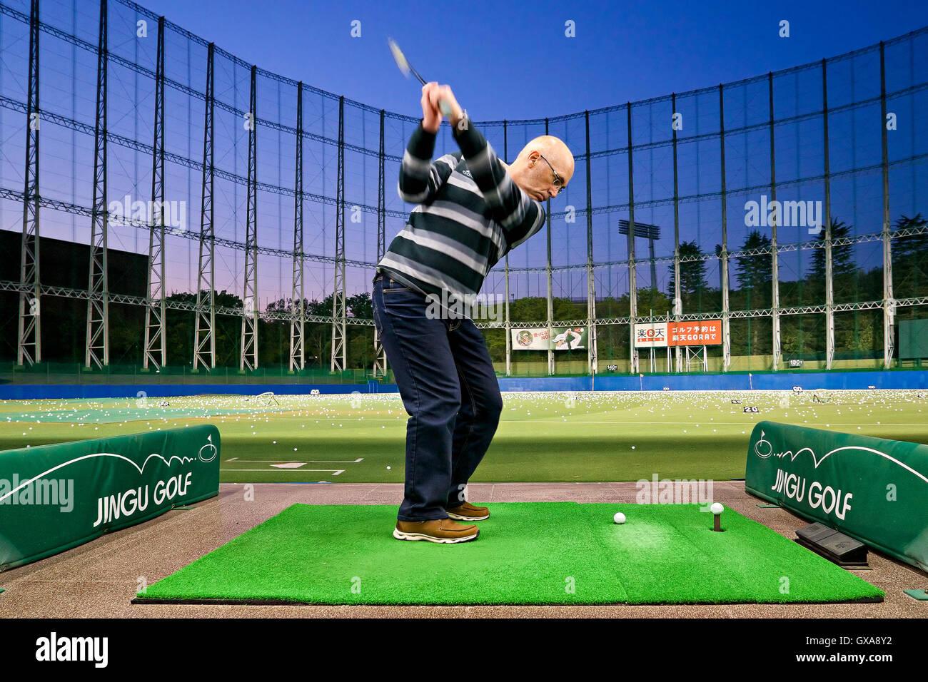 Giappone, isola di Honshu, Kanto, Tokyo, campo pratica da golf in città. Immagini Stock