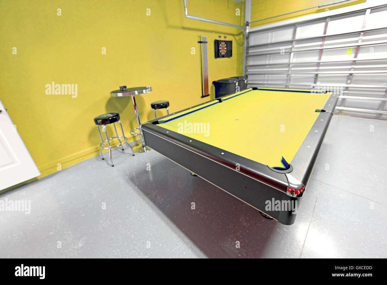 Sala Da Biliardo In Inglese : Una sala giochi con tavolo da biliardo in un garage foto & immagine